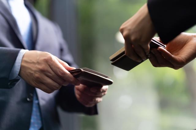 【名刺交換のビジネスマナー】社会人はスマートな名刺交換ができて一人前
